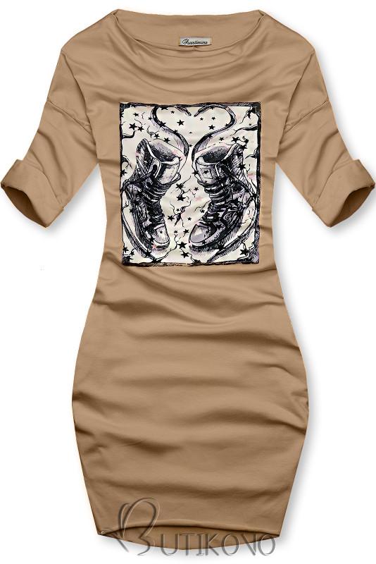 Béžové šaty s motivem tenisek